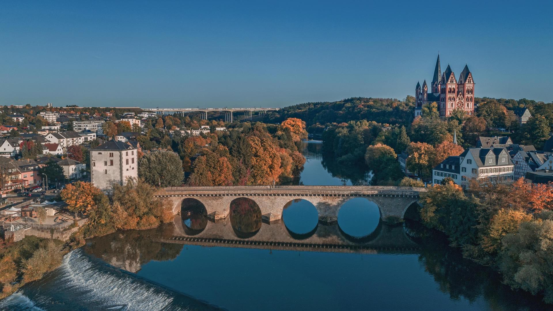 Hier sehen Sie ein Bild von der Stadt Limburg an der Lahn. Hier ist zu sehen die Lahn, die Brücke und der Limburger Dom.