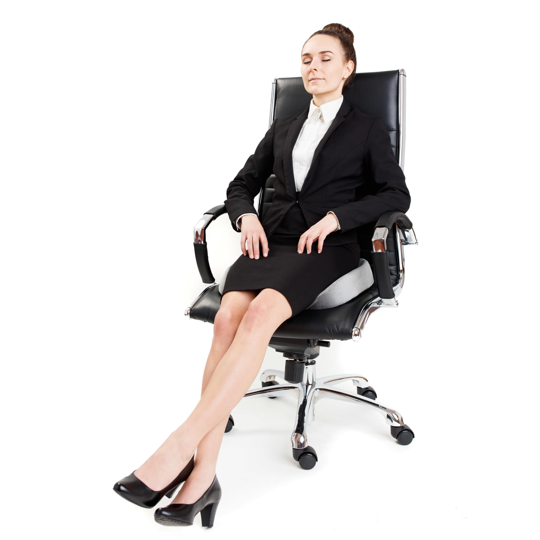 Junge Dame sitzt gemütlich auf dem feela.-Sitzkissen